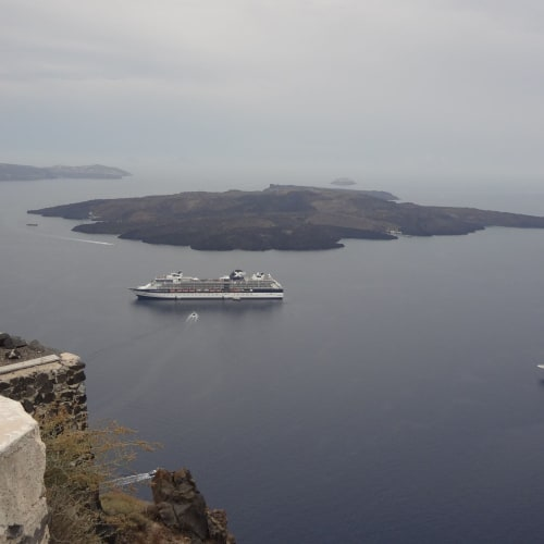 サントリーニ島 | サントリーニ島での客船セレブリティ・コンステレーション