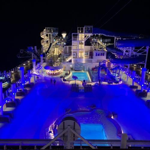 ナイトプールはロマンチックです♡   客船ノルウェージャン・ブリスの船内施設