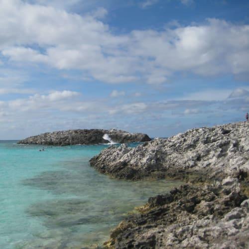 ロイヤル・カリビアン社のプライベートアイランド、グレートスターラップ島。透き通るトルコブルーの水が南国らしさを感じさせます。