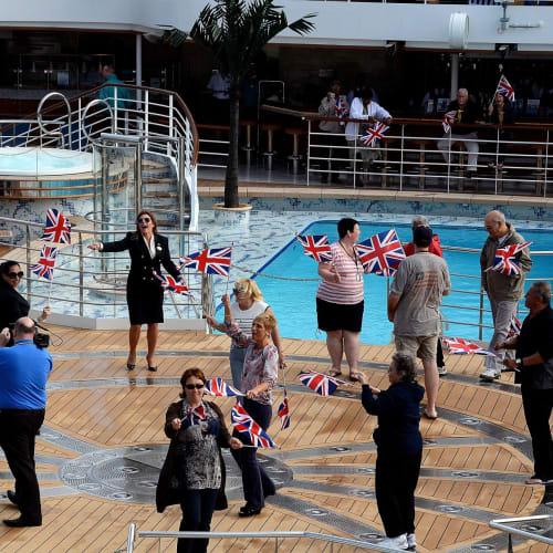 英国旗を振りながら処女航海のセイルアウェイパーテイー | サウサンプトンでの客船ロイヤル・プリンセス