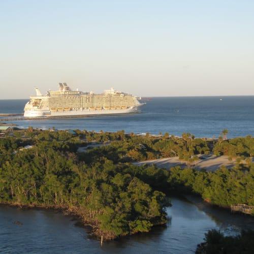 私達のナビゲーターより先に出航したアリュール。 | フォートローダーデール(フロリダ州)での客船アリュール・オブ・ザ・シーズ