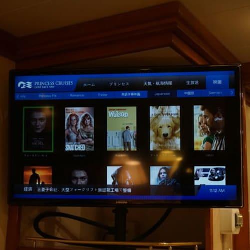 キャビン内で映画鑑賞タイム~☆  日本語字幕もあれば、日本語吹き替えもあって快適そのもの。 さすが日本出航です(笑) | 客船ダイヤモンド・プリンセスの客室
