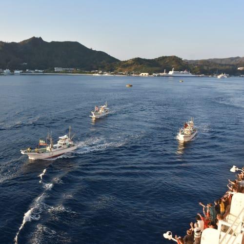 父島出港時の恒例行事、地元の船によるお見送りです。 | 小笠原(東京)での客船にっぽん丸