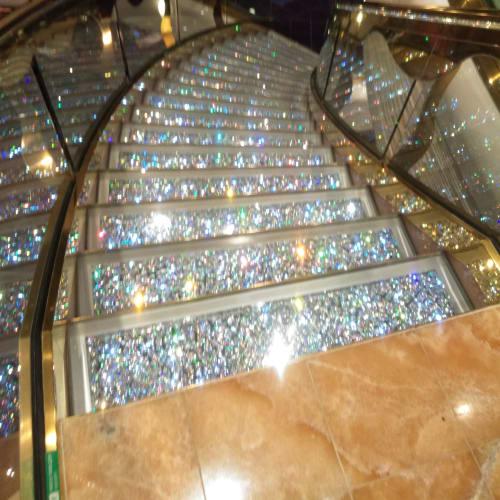 スワロフスキーの階段です✨ 是非、記念撮影をしてください! | 客船MSCスプレンディダの船内施設