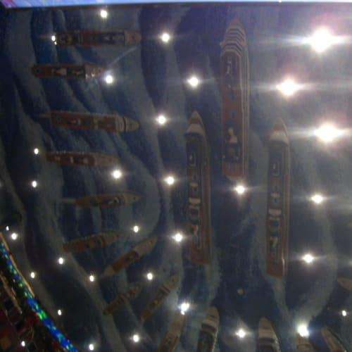 天井のデコレーション。歴代のコスタの船が天井に張り付いています。 | 客船コスタ・フォーチュナの船内施設