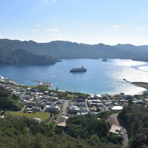 三日月山展望台から見えた父島の街と二見湾です。 港には定期船おがさわら丸が着岸していました。 | 小笠原(東京)
