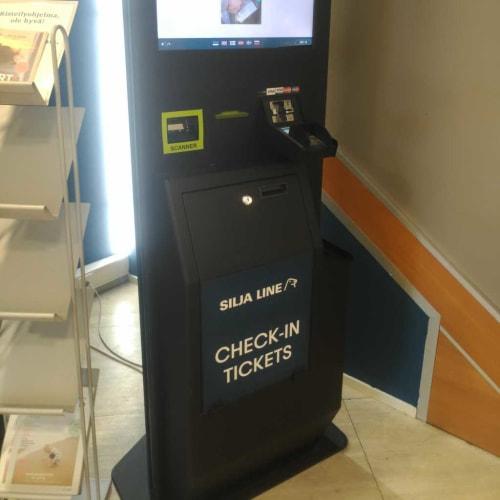 トゥルクターミナルの自動チェックイン端末。QRコードをかざすと、キャビンのカードキーを兼ねた乗船券や、事前予約の食事のクーポンが出てきます。 | トゥルクでのタリンク・シリヤ・ライン