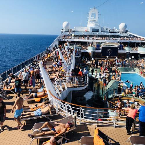 デッキはいつも人がいっぱい | 客船MSCプレチオーサの乗客、船内施設