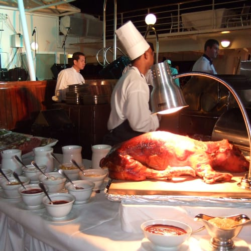 Day5#デッキBBQ#仔豚の丸焼き | 客船シーボーン・レジェンドのダイニング、クルー、フード&ドリンク