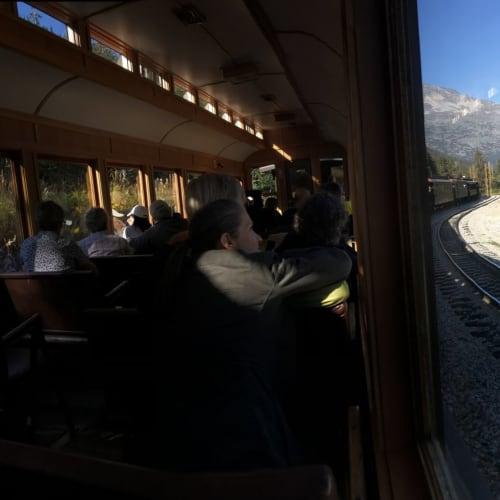 列車の内装は木製でとてもいい雰囲気です。 ディズニーランドのビックサンダーマウンテンに似ています。   スカグウェイ(アラスカ州)