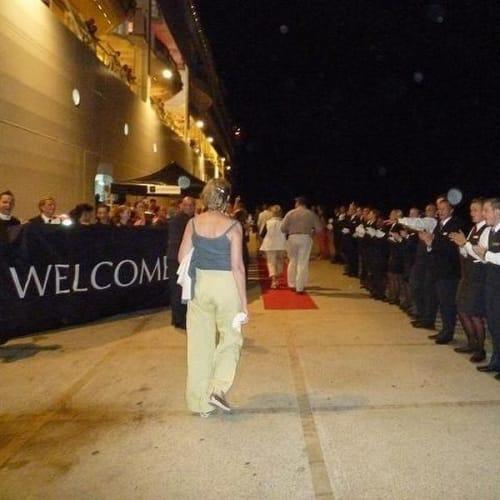 船主催のエフェソスのコンサートから帰るとクルーが並んで迎えてくれました。 | クシャダス / エフェソスでの客船シーボーン・クエスト