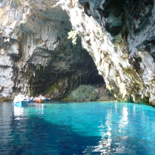 アルゴストリ 地底湖。小型ボートで洞窟内部に入りました。 | アルゴストリ(ケファロニア島)