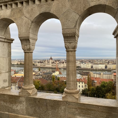 漁夫の砦から国会議事堂を撮影するときのお決まりのアングルです。 | ブダペスト