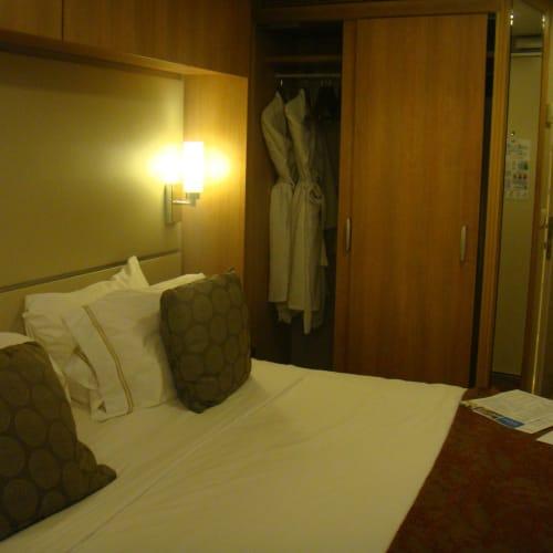乗船。 相変わらずインサイドの安い部屋だが、今回はちょっとだけ広目か。   客船セレブリティ・イクノスの客室