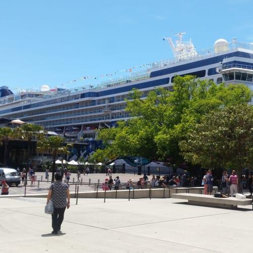 今回の船。 ニュージーランドに住んでるのに、クルーズのために何回オーストラリアのシドニーに来たことか。 まあ時間も費用(ただし最安時)も、東京大阪間みたいなものだからいいか、と強がっておこう。 | シドニーでの客船ノルウェージャン・ジュエル