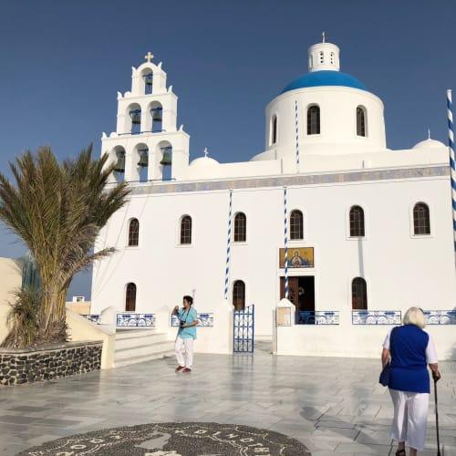 憧れのサントリーニ島。思ったとおりの美しい島だった。青と白のコントラストが素晴らしい教会。がけの下に見えるプール付のホテルには一度泊まってみたい。そして、あの有名な美しい夕日を鑑賞したい。 | サントリーニ島