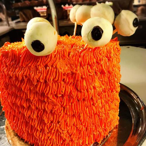 船内のWindjammer Cafeにて。Halloweenなは特別なデザートが並んだ。 | 客船アリュール・オブ・ザ・シーズのブッフェ、フード&ドリンク