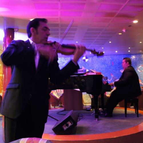 ピアノとバイオリンのデュオ 毎晩通い詰めるほどお気に入りとなりました | 客船コスタ・ビクトリアのアクティビティ、船内施設