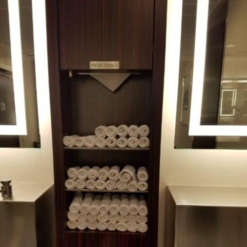 女子化粧室の手拭きはたたんだ布のタオルがきちんとおいてあります   客船セレブリティ・シルエットの船内施設