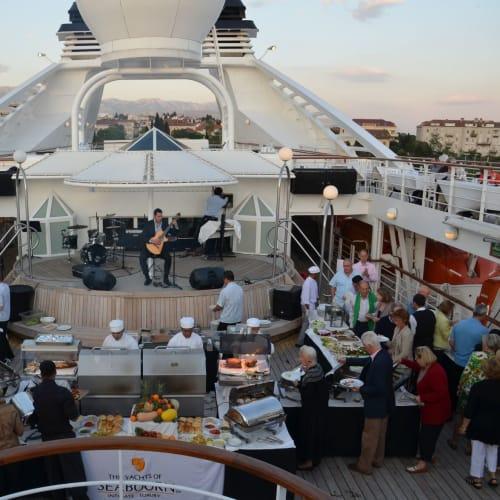 ギターの演奏を聴きながら、ロブスターやステーキもお代わり自由 | 客船シーボーン・スピリットの乗客、クルー、フード&ドリンク