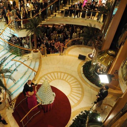 その夜、お馴染みのシャンペンフォールが催しされました。 | 客船サン・プリンセスの乗客、クルー、アクティビティ