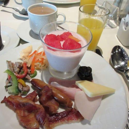 9/27 Breakfast at 5th FL Black Crab restaurant この日は昼マルセイユに着く為、5階で ゆったり朝食