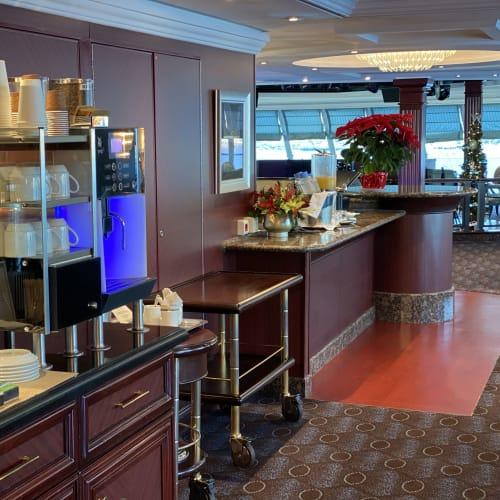 船首にあるHORISONSでは、いつでもコーヒーなどが頂けます。 | 客船シィレーナのフード&ドリンク、船内施設