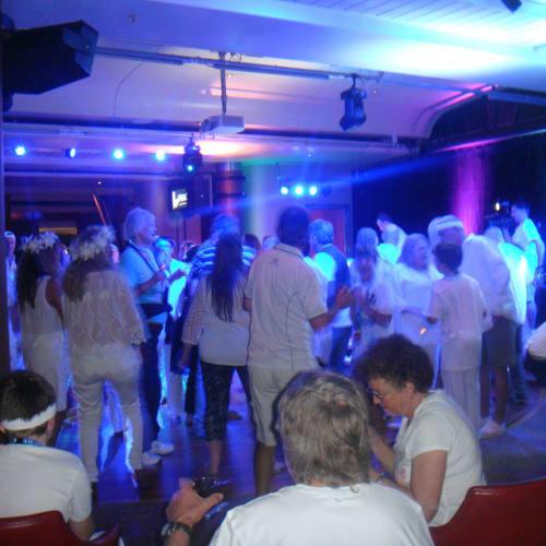 船内のイベント。 白い服がテーマのパーティー。   客船パシフィック・ジュエルの乗客、アクティビティ、船内施設