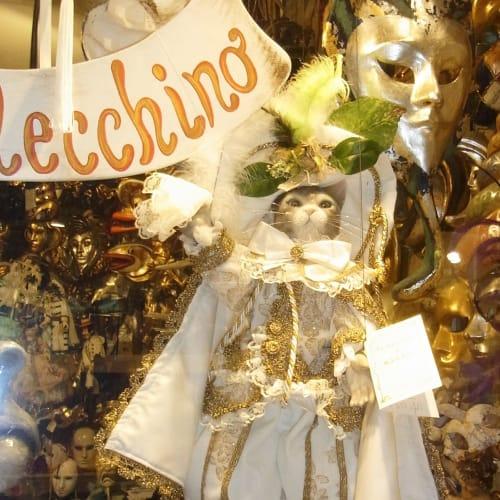 以前来た時に気には成っていたのですが、ちょっと高かったので買いそびれたネコのマリオネットをお土産に買った。 顔や手足はチェラミカ、目はムラーノ島のクリスタル、ドレスはブラーノ島のレースで飾られ、ブーツは革製 | ヴェネツィア