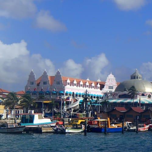 ベネズエラに近い西インド諸島南部にあるアルバ。オランダの自治領なので、建物も他のカリブ海の島々と違った雰囲気。 | オラニエスタッド(オランダ自治領アルバ島)