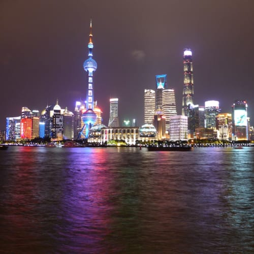 外灘の夜景 周辺は遊歩道で人通りがおおく以前より防犯カメラが増え安全な印象になった | 上海