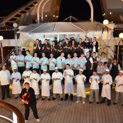 デイナーの後シエフやスタッフの紹介 | 客船シーボーン・スピリットのクルー、アクティビティ、船内施設