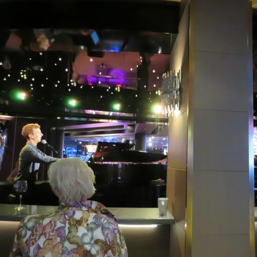 billboard on board ビルボードチャートの名曲を2台でのピアノの引き語り | 客船ニュー・アムステルダムのアクティビティ、船内施設