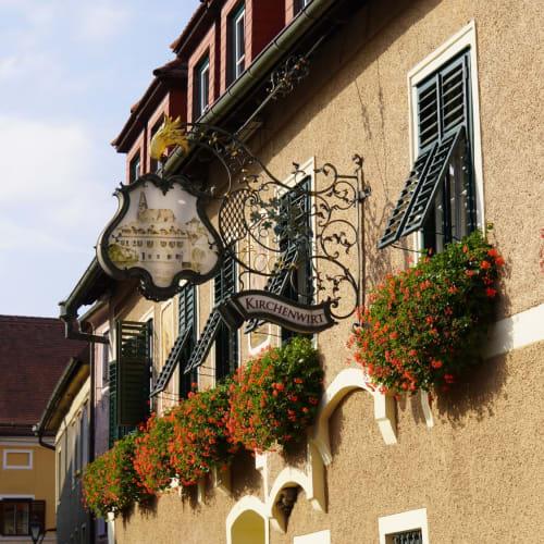 ワインテイストに訪れたバッハウの小さな街は多くの窓が美しい花で飾られていた。 | エンマースドルフ・アン・デア・ドナウ