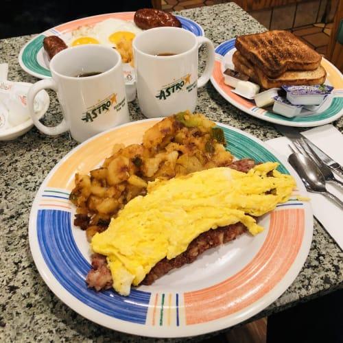 ホテルの近くにあるベタなファミレスへ。 ベタな朝食ですが、アメリカは値段が高いです。こんな物で一人チップ込みで$20!2,000円オーバーです。日本のレストランが何処も安いのを痛感します。   ケープ・リバティ(ニューヨーク)