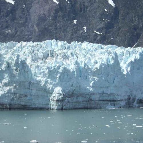 氷河が崩れたと思ったら、ドーンと音が後から聞こえます。迫力満点!