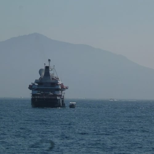 ジャグジーからの眺めはベスビオ火山と姉妹船シードリームⅡ。 贅沢でした。 | 客船シードリーム2の外観