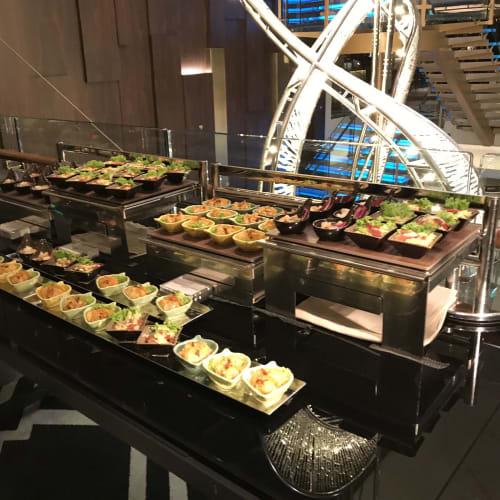 スペシャリティーレストランが2回使えるので、 1日めのディナーは鉄板焼きのウミウマに行き、 2日目はランチでチャイニーズレストランのシルクロードを利用 ディナーはパレスレストランにしました 豪華な内装のレストランで空いていたのでゆっくりでき、 料理も美味しくとても満足できました | 客船ゲンティン・ドリームのダイニング、ブッフェ、フード&ドリンク