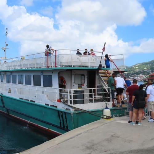 セントトーマス島のエクスカーションでセントジョンへ向かう船です。 クルーズ船から徒歩5分程度の場所に停泊していました。