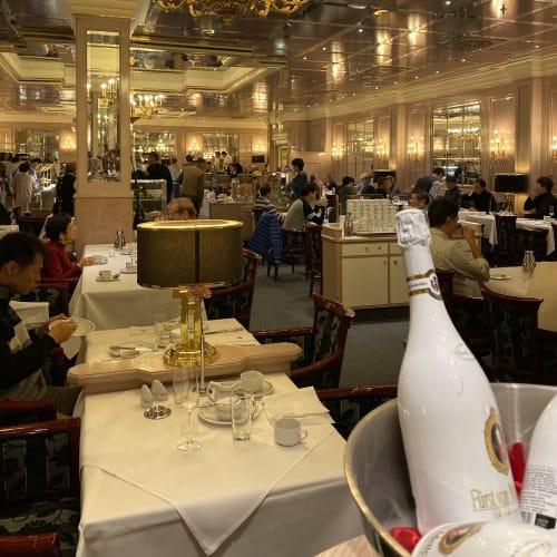 前泊したホテルの朝食ビュッフェ会場。食事の質はかなり高かった。