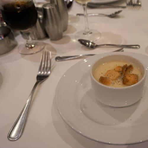 ランチで飲んだスープがとてもしょっぱい時があったので残したらすぐに問題があるかどうか聞かれました。 塩気が強すぎることを伝えるとシェフに伝えるとのこと。 この日のスープは丁度良い塩加減で美味しかったです。