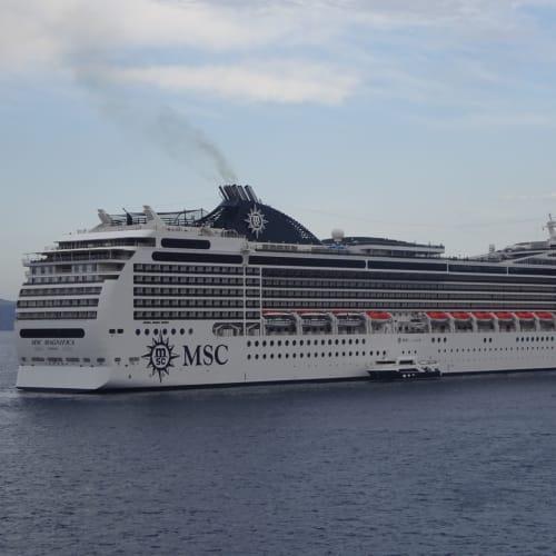 この後、島の観光船が船の周りに20隻位集まり、観光客を乗せて島に運んでました。 | 客船MSCマニフィカの外観