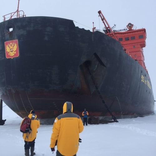 北極点到達!  船から安全な氷上におり、周りを歩いたり、気球に乗ったりする事も可能です。 定番の 氷上で、バーベキューランチもあります。 | 北極点での客船50イヤーズ・オブ・ヴィクトリー