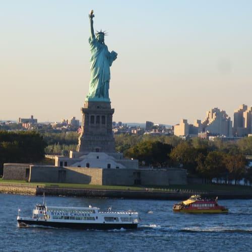 出港後Magic号から見る自由の女神 | マンハッタン クルーズ ターミナル