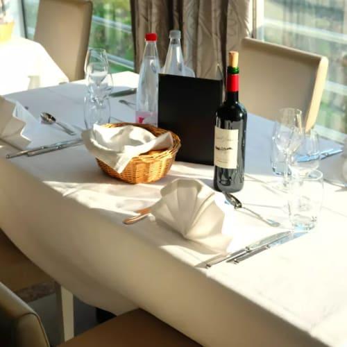 レストランは1箇所。朝昼晩、同じ席で食事をいただきます。 | 客船MSラファイエットのダイニング、フード&ドリンク