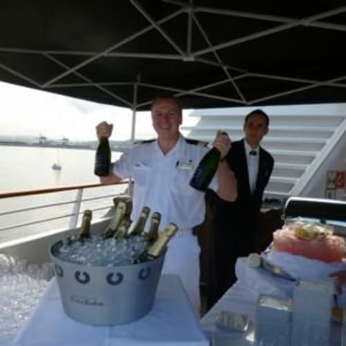 キャビアパーティの夜はシャンパンとキャビアがふるまわれます。 | 客船シーボーン・レジェンドのクルー、アクティビティ、船内施設