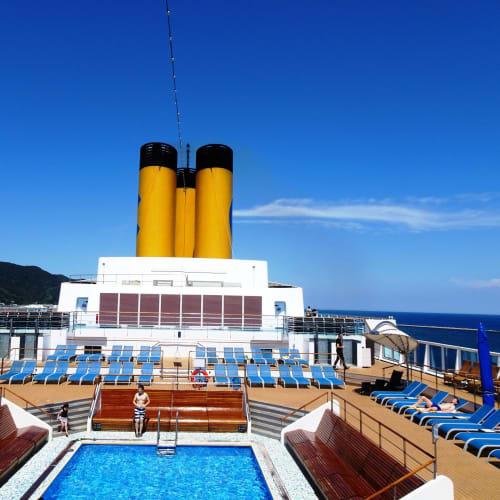 11F 後部のモンテカルロプール 午後は、時々ラテンダンサーズが水を使った練習をしたり、プールサイドで日光浴をしていました