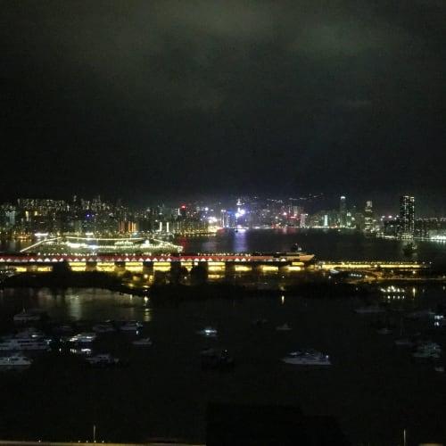 カイタック・クルーズターミナルに停泊中のスプレンディダ号 バックはシンフォニー・オブ・ライツ | 香港での客船MSCスプレンディダ