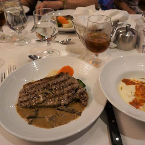 ロイヤルカリビアンの定番料理、ステーキダイアンとアーティチョークのクレープ。 お肉料理ははずれがありません。