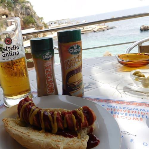 マヨルカのビーチで地中海を眺めながらビールとホットドッグ! | パルマ・デ・マヨルカ(マヨルカ島)